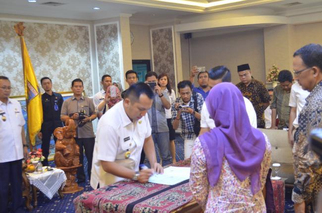 Gubernur Lampung M. Ridho Ficardo saat meneken NPHD Pilgub 2018 di Ruang Rapat Utama Kantor Gubernur Lampung, Rabu, 26/7/2017. | Nda/W2nnews.com